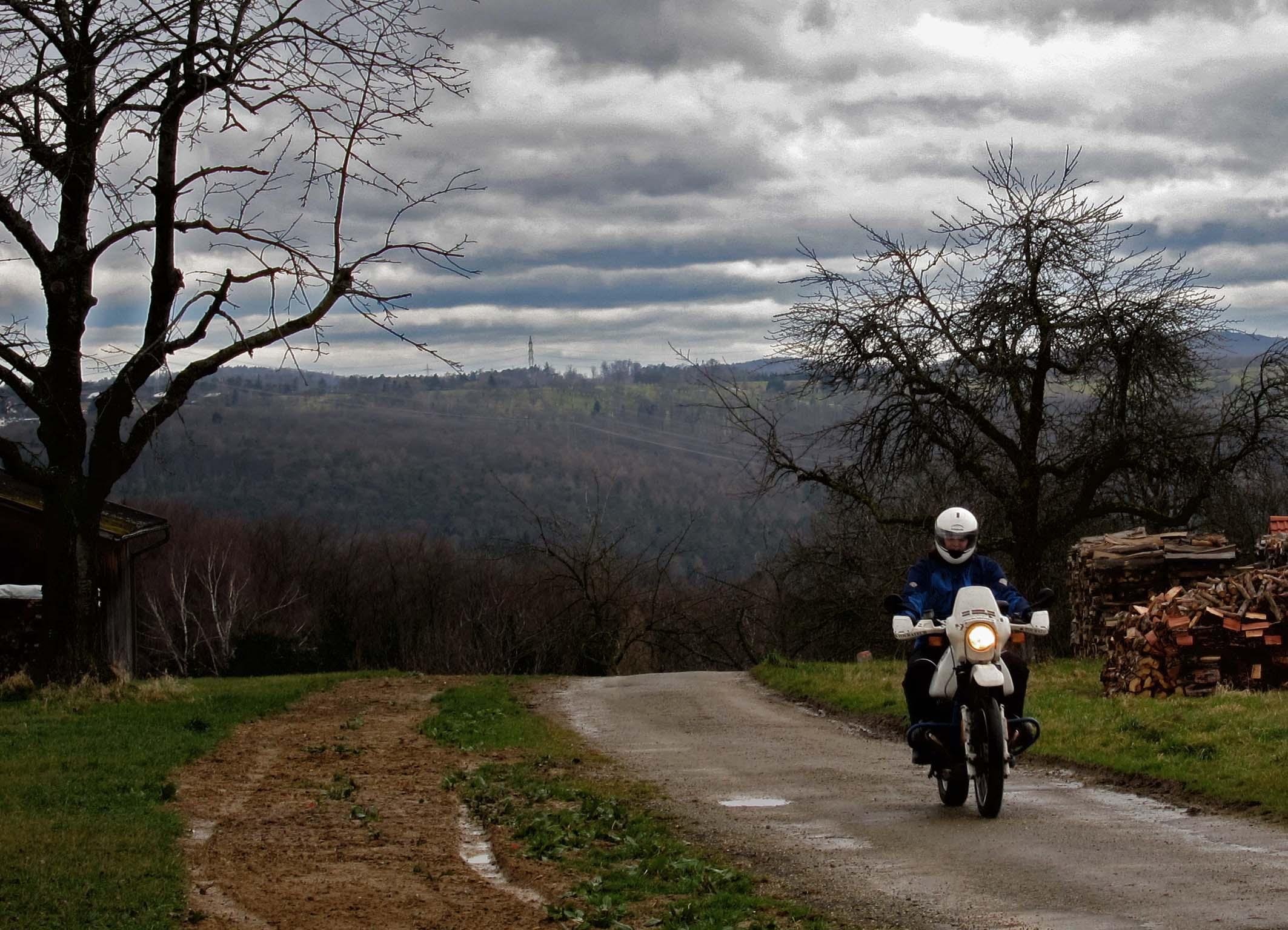 Kleines Sträßchen im Schurwald - Motorradtour rund ums Remstal.