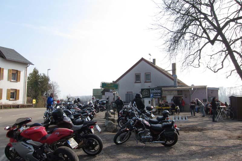 Motorradtreffpunkt an der Rheinfähre von Kornsand (Ortsteil von Trebur) nach Nierstein