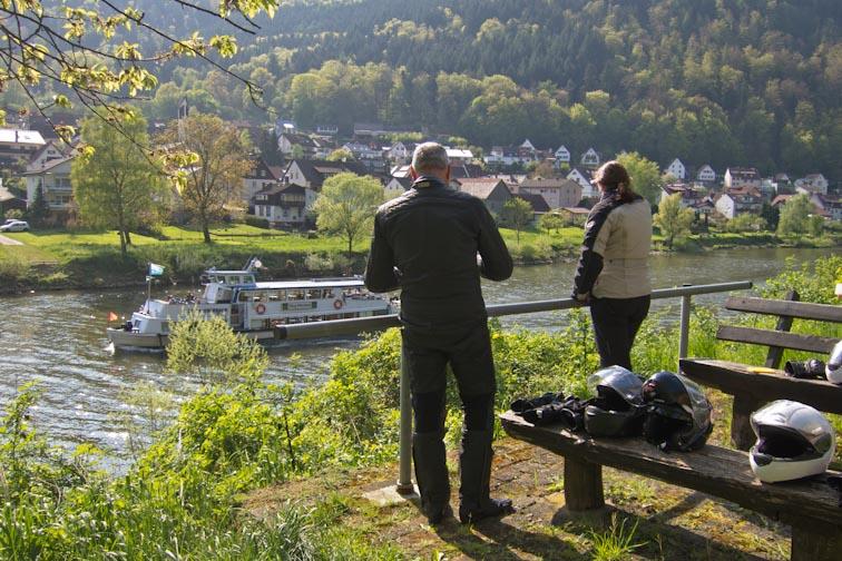 Pause am Neckar, ohne Liegewiese, dafür mit Tisch und Bank