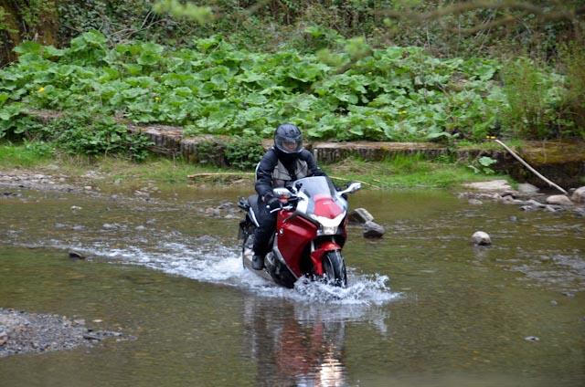 Enduros werden überbewertet - so 'ne Wasserdurchfahrt geht auch mit der VFR 1200