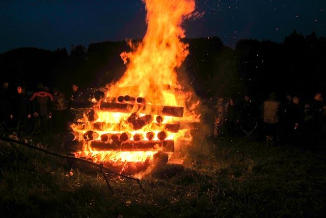 Lagerfeuer am ersten Abend