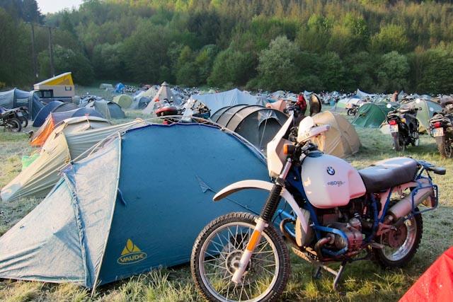 Die Sonne scheint, aber Zelt und Basic sind noch voller Rauhreif.