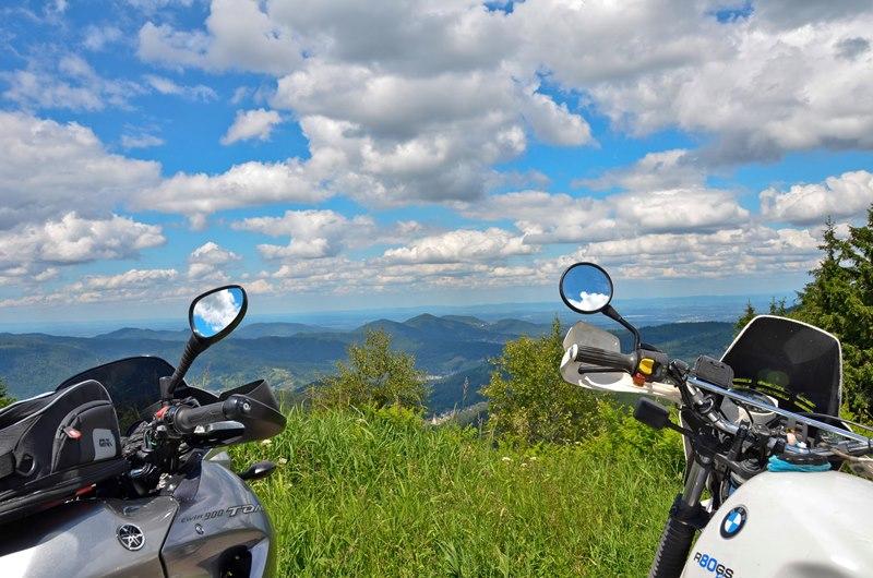 Ralfs Kommentar zu diesem Foto: Die Mopeds gucken schon sehnsüchtig nach Frankreich rüber.