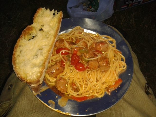 Es gibt Spaghetti mit leckerer Salsiccia in Gemüse-Tomatensauce, dazu Brot und Salat. Foto: Harald Silbermann