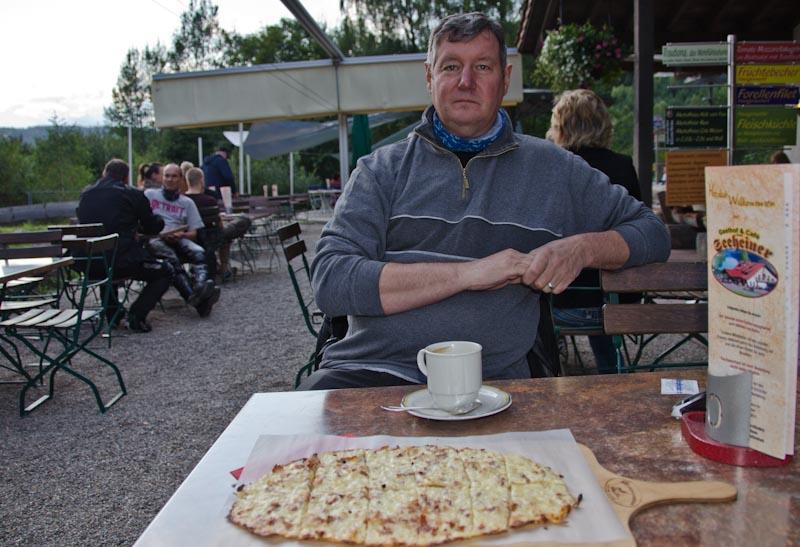 Kaffee und Kuchen beim Seeheiner - und ein zufriedener Ralf.