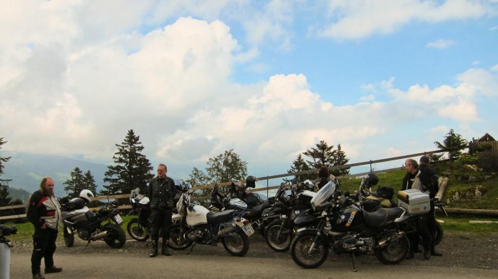 Planlos vor dem Gruppenfoto - habt ihr unseren Gastgeber in Mopedklamotten erkannt?