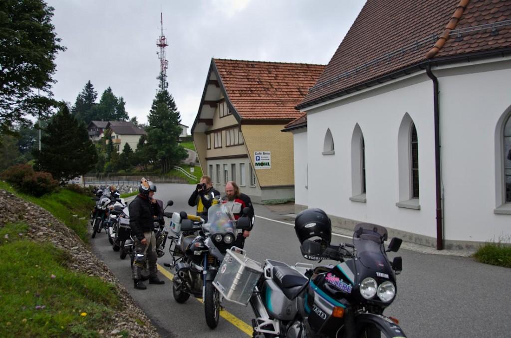 Mopeds in Reih und Glied am Aussichtspunkt St. Anton mit seiner bekannten kleinen Kapelle