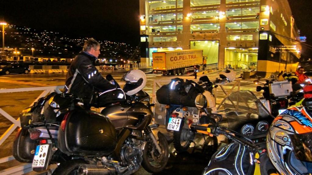 Patschnass, aber endlich da: an der Fähre nach Palermo