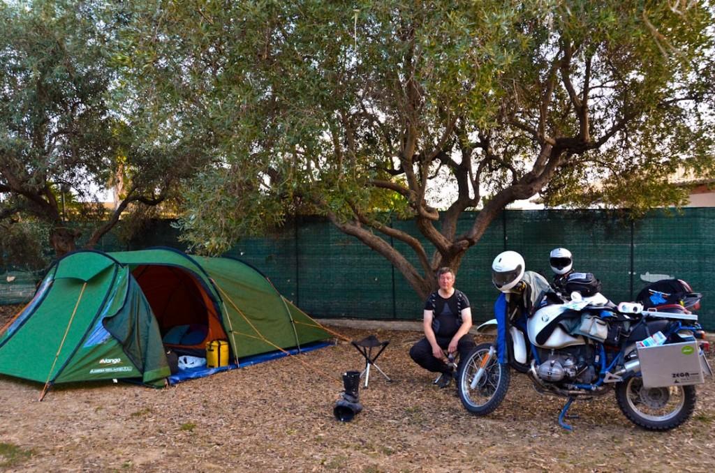 Haus steht, Garage überflüssig, Terrasse bewohnt - auf dem Campingplatz Valle Dei Templi