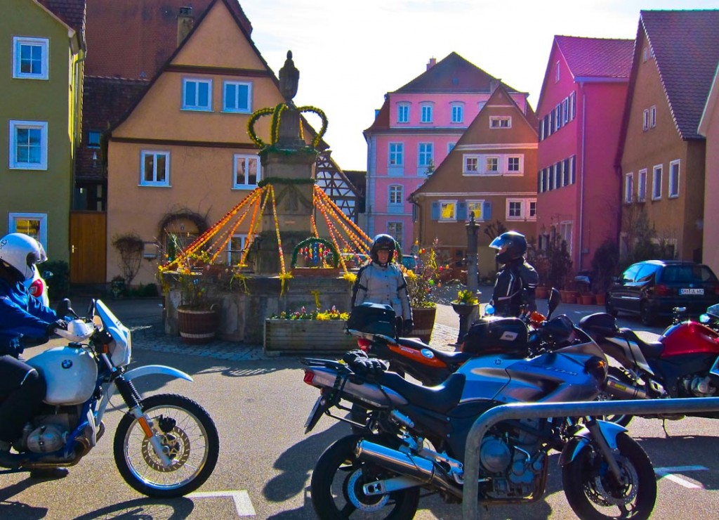 Der Osterbrunnen in Kirchberg an der Jagst leuchtet mit den bunt gestrichenen Häusern um die Wette.