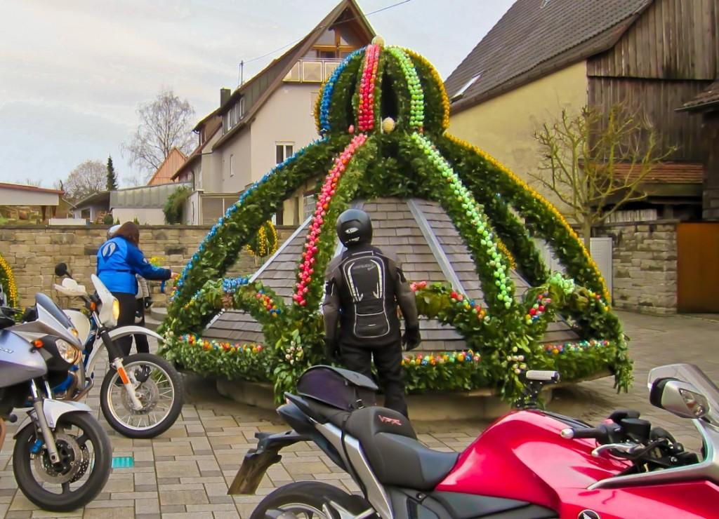 Osterbrunnen in Fichtenberg: Die Eier sind liebevoll bemalt und jedes ist anders.