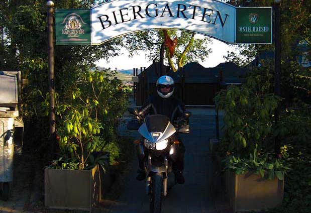 Der Biergarten von Burg Stettenfels.