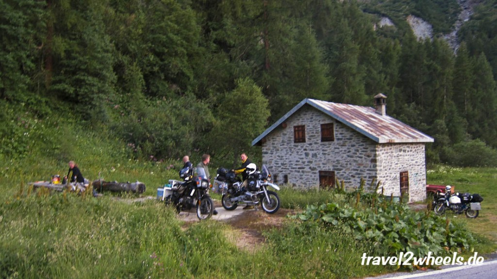 Unser Wildcampingplatz im Val d'Herens hat sogar fließendes Wasser.