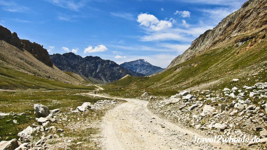 Über viele Schotterkehren geht es ins Hochtal am Col de Sommeiller
