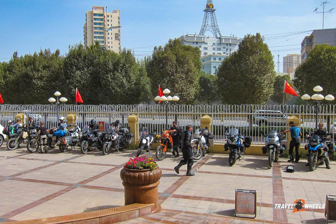 nepal2018 - china - motorräder vor dem hotel